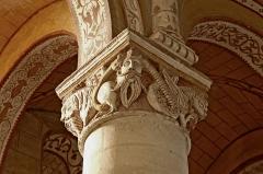 Eglise Saint-Gervais Saint-Protais - Deutsch: Ein Kapitell in der Kirche St. Gervais und St. Protais in Civaux, Département Vienne, eine der ältesten Kirchen Frankreichs.