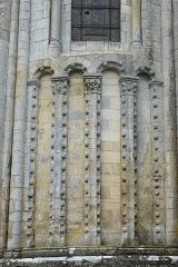 Eglise Saint-Jean-Baptiste - Deutsch: Katholische Kirche Saint-Jean-Baptiste in Jazeneuil im Département Vienne (Nouvelle-Aquitaine/Frankreich), Blendarkaden an der Apsis