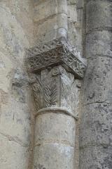 Eglise Saint-Jean-Baptiste - Deutsch: Katholische Kirche Saint-Jean-Baptiste in Jazeneuil im Département Vienne (Nouvelle-Aquitaine/Frankreich), Kapitell an der Westfassade