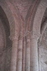 Eglise Saint-Jean-Baptiste - Deutsch: Katholische Kirche Saint-Jean-Baptiste in Jazeneuil im Département Vienne (Nouvelle-Aquitaine/Frankreich), Säulenbündel mit Kapitellen