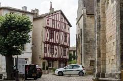 Maisons à pans de bois du 16e siècle -  Place Notre-Dame, Lusignan