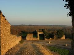 Château et église Notre-Dame -  Vue en sortant de l'enceinte du Donjon de Moncontour.