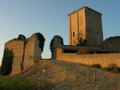 Château et église Notre-Dame -  Vue extérieure sur l'entrée dans l'enceinte du Donjon de Moncontour. Les façades est et nord sont visibles.
