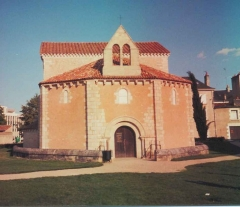 Baptistère Saint-Jean -  Date: fr:5 août 2004, vers 20 h 00 Source: photo personnelle d'archeos  Description: Façade du fr:Baptistère Saint-Jean à fr:Poitiers Licence: