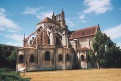 Eglise Saint-Jean de Montierneuf -  Date: 24 juin vers 13h00 Source: photo personnelle d'archeos  Description: Chevet de l'église Saint-Jean de Montierneuf Licence:  image sous licence