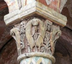 Eglise Sainte-Radegonde - Animaux fabuleux. Chapiteau dans le choeur de l'église Sainte-Radegonde à Poitiers.