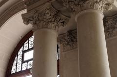 Hôtel de ville - Français:   Chapiteaux sculptés dans le vestibule de l\'hôtel de ville de Poitiers, France (XIXe siècle)