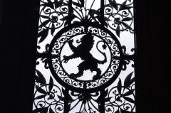 Hôtel de ville - Français:   Ferronneries Second Empire de la porte principale de l\'hôtel de ville de Poitiers en silhouette.
