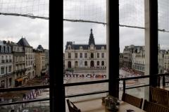 Hôtel de ville - Français:   La place du Maréchal-Leclerc et l\'hôtel de ville de Poitiers, vues depuis le bâtiment de l\'ancien Printemps, durant les travaux de l\'opération \