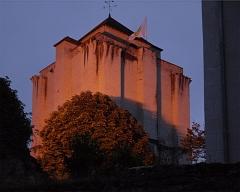 Donjon - Français:   Le donjon de La Roche-Posay - partie haute, vue depuis un angle, au coucher du soleil
