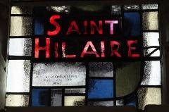 Eglise - Deutsch: Katholische Pfarrkirche Notre-Dame in La Roche-Posay im Département Vienne (Nouvelle-Aquitaine/Frankreich), Bleiglasfenster mit der Signatur: JACQUES LE CHEVALLIER PEINTRE VERRIER 1949
