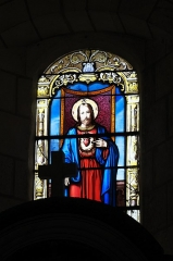 Eglise - Deutsch: Katholische Pfarrkirche Notre-Dame in La Roche-Posay im Département Vienne (Nouvelle-Aquitaine/Frankreich), Bleiglasfenster; Darstellung: Herz Jesu