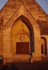 Eglise - Français:   Église Notre-Dame de La Roche-Posay - Portail de face au coucher du soleil