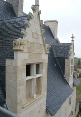Manoir de Champdoiseau - Français:   Manoir de Chandoiseau - Trois Moutiers -  Détail d\'une des lucarnes - Façade nord