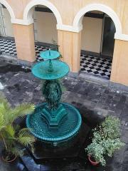 Hôtel de ville -  Une fontaine dans la cour intérieure de l'hôtel de ville de Saint-Denis