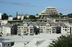 Hôtel de ville -  Vue du nouvel hôtel de ville de Saint-Denis de la Réunion depuis le quartier de Petite-Île