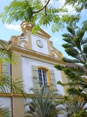 Hôtel de ville - Français:   Mairie de Saint-Pierre (La Réunion). Construit à la fin du XVIIIe siècle. C\'était à l\'origine un entrepôt à café de La Compagnie des Indes. Monument historique depuis 1982.