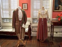 Maison dite Maison Pagès, actuellement musée Saint-John Perse - English: Costume du dimanche d'esclaves et vêtement de mulatresse au XVIIIe siècle. Musée Saint-John-Perse de Pointe-à-Pitre, Guadeloupe