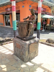 Maison dite Maison Pagès, actuellement musée Saint-John Perse - Stèle Marcel Lollia à Pointe à pitre, rue Saint John Perse