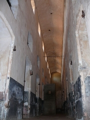 Iles du Salut - îles Royale, Saint-Joseph et du Diable - English: Hallway of the cellblock building. Royale Island, French Guiana. The other end of the hallway can be seen in Image:Bagne royale cellules couloir.jpg.
