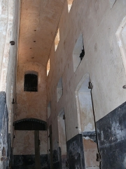 Iles du Salut - îles Royale, Saint-Joseph et du Diable - English: Hallway of the cellblock building. Royale Island, French Guiana. The other end of the hallway can be seen in Image:Bagne royale cellules couloir 2.jpg.