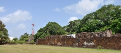 Iles du Salut - îles Royale, Saint-Joseph et du Diable - English: Île Royale, French Guiana: ruins of the convict prison (right) and cinetheodolite (left) for the follow-up of the trajectory of the rockets launched from the Centre spatial guyanais at Kourou.