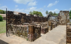 Iles du Salut - îles Royale, Saint-Joseph et du Diable - English: Ruins of cells of prisoners at Île Royale, French Guiana.