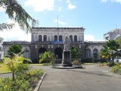Palais de Justice - Français:   Ancien palais de justice de Fort-de-France et statue de Schoelcher.