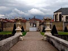 Château de Fléville - English: Sculptures in the garden of the Château de Fléville