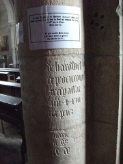Eglise - Français:   pilier de l\'église avec ci gist Renalbins de Harouel jadis clerc notaire en la cour de Toul qui trepassa l\'an 1393... et Ci gist messire Simo....