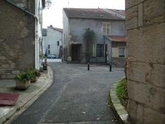 Eglise - Français:   vue de la maison Roger avec  l\'Église st-Pierre sur la droite.
