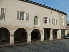 Maison avec statue de la Vierge - Français:   Vue de la place de la FOntaine.