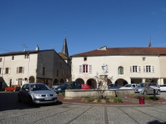 Maison avec statue de la Vierge - Français:   Place de la Fontaine à Liverdun. Au fond à gauche, la maison Benoît sise 4 rue de l\'Église et à droite la maison Renard et ses arcades. Toutes les deux sont inscrites sur la liste des monuments historiques.