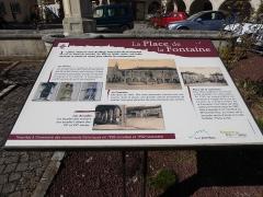 Maison avec statue de la Vierge - Français:   Signalétique place de la Fontaine à Liverdun.