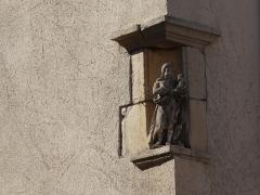 Maison avec statue de la Vierge - Français:   Statuette en pierre à l\'angle d\'une maison située place de la Fontaine (rue du Fournil) à Liverdun, figurant saint Jean-Baptiste.