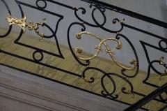 "Hôtel de Ferrary ou Ferraris - Deutsch: Hôtel Ferraris in Nancy im Département Meurthe-et-Moselle (Lothringen/Frankreich), Geländer am Treppenaufgang mit den Buchstaben ""F"""