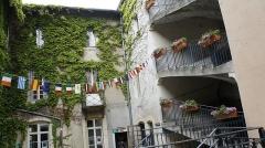 Immeuble - Français:   Cour avec puit à gauche de la MJC Lillebonne .