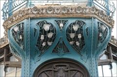 Immeuble -  Partie de l'immeuble et graineterie Génin-Louis, 1900-1901 Architectes: Henri Gutton (1851-1933) et Henry Gutton (1874-1963 Construit pour pour le marchand de grains Jules Génin sous le thème du pavot somnifère, ce bâtiment est représentatif, par sa structure métallique visible, du courant rationaliste initié par Viollet-le-Duc dès 1863, et reste un exemple unique de ce type d'architecture en France (extrait du site). www.nancy-guide.net/index.php/Histoire/Thematique-:-Ecole...