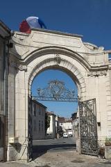 Hôtel de ville (ancien Evêché) - Deutsch: Rathaus von Toul im Département Meurthe-et-Moselle (Lothringen/Frankreich), ehemaliger Bischofspalast, Tor