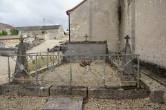 Eglise - Français:   dans le cimtière de l\'église.