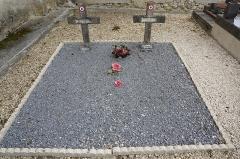 Eglise - Français:   dans le cimetière de l\'église.