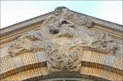 Maison du Peuple -  Construite en 1902 par Paul Charbonnier et Eugène Vallin, la maison du peuple est décorée par Victor Prouvé. Le bâtiment bien que fortement modifié présente une belle façade ornée d'une allégorie de Victor Prouvé. fr.wikipedia.org/wiki/Maison_du_Peuple_(Nancy)