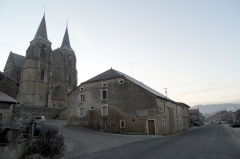 Eglise Notre-Dame - English: The village of Avioth (France, Meuse Department), on the intersection between the Rue des Comtes de Chiny (main road) and the Rue de la filature. With the Notre-Dame d'Avioth basilica in the background.