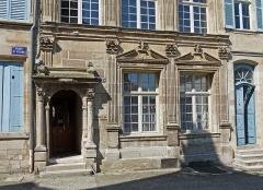 Immeuble - Français:   Immeuble de Bar-le-Duc (Meuse), au n° 29 de la place Saint-Pierre. Quartier Renaissance de la Ville Haute. Classé par les Monuments historiques en 1992. Actuellement Conseil de Prud\'hommes.