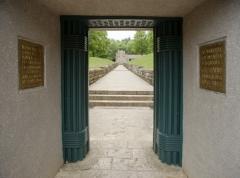 Monument dit Tranchée des Baïonnettes - English: Le Memorial de la Tranchée des Baïonettes; Douaumont; Lorraine, Meuse, France; ref: PM_049503_F_Douaumont; Tranchée des Baïonnettes; L'entrée; Photographer: Paul M.R. Maeyaert; www.pmrmaeyaert.eu, © Paul M.R. Maeyaert; pmrmaeyaert@gmail.com; Cultural heritage; Cultural heritage/War memorial; Europe; Europe/France; Europe/France/Douaumont; France; LoCloud selectie