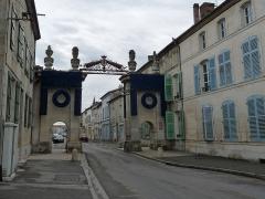 Porte de Ville dite Porte Dauphine ou Porte de France. - Français:   Ligny-en-Barrois (Meuse): Porte de France, aussi appelée Porte Dauphine ou Porte de Velaines, XVIIIe siècle. Décorations saisonnières bleues.