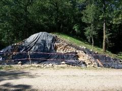 Ruines romaines de Nasium -  Oppidum de Boviolles, capitale des Leuques (département de la Meuse et la région Lorraine). Vue en coupe du mur de l'oppidum qui barre le plateau, depuis une des portes d'entrée