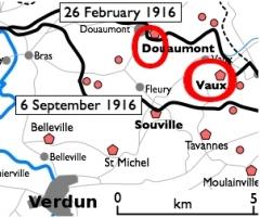 Fort de Vaux (également sur commune de Damloup) -  Dispositif de défense au nord-nord-est de Verdun montrant la position du fort de Vaux et du fort de Douaumont. Les lignes noires indiquent les positions allemandes lors de la bataille de Verdun en 1916.