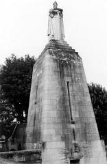 Monument A la Victoire et aux Soldats de Verdun - Deutsch: Siegesdenkmal von Verdun.  Vom unteren Teil der Stadt führen 73 Stufen, die in die ehemalige Befestigungsmauer von Verdun gehauen worden waren, zum Denkmal hinauf. Dort befindet sich eine Krypta, die von einer 30 Meter hohen Säule überragt wird. Die Spitze der Säule wird von einer Kriegerskulptur gebildet. In der Krypta ist ein Goldenes Buch ausgestellt, dass die Namen aller Soldaten enthält, die vor Verdun ausgezeichnet wurden.