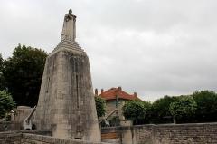 Monument A la Victoire et aux Soldats de Verdun - Deutsch: Blick zum Siegesdenkmal von Verdun.